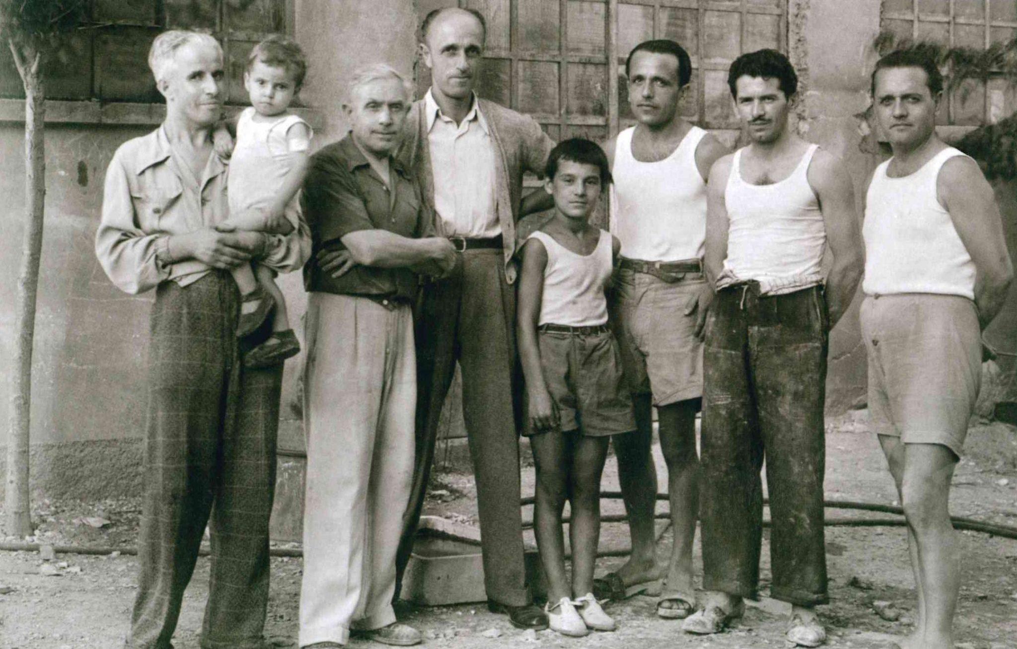 Nel cortile dello studio di Milano in via Monte Generoso, con i fratelli Giulio e Gino e un collaboratore